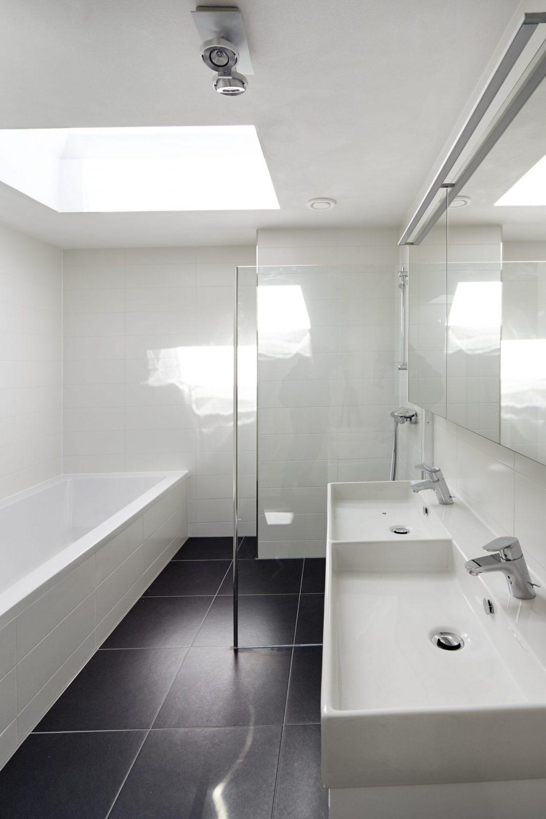 Badkamer met ligbad wastafel en douche - AHAM